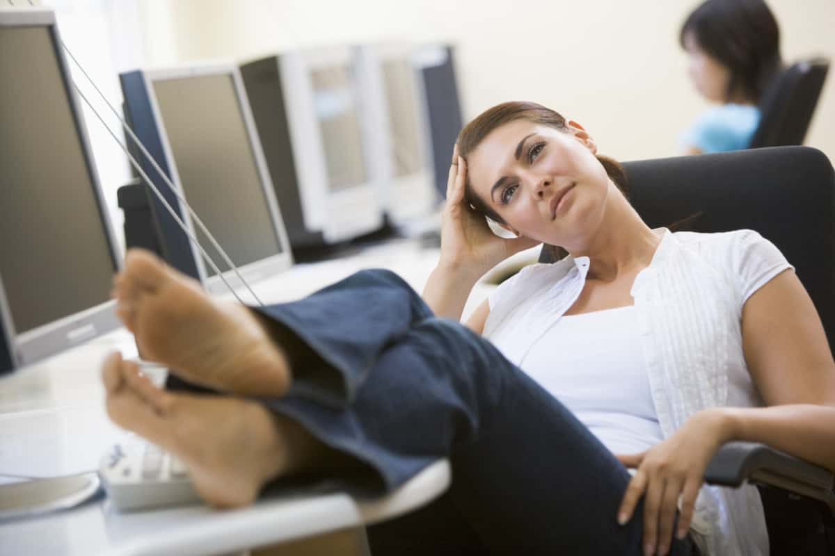HOW TO KEEP YOUR FEET RELAXED AT WORK
